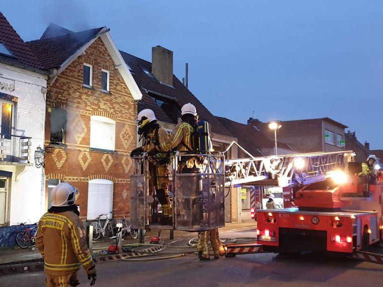 De brandweer had het vuur snel onder controle, toch is de woning onbewoonbaar.